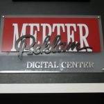merter reklam kapı başı,sekreter arkası,kabartma ve lazer kesimli,gümüş ve gold yazılı kapı başı reklamları